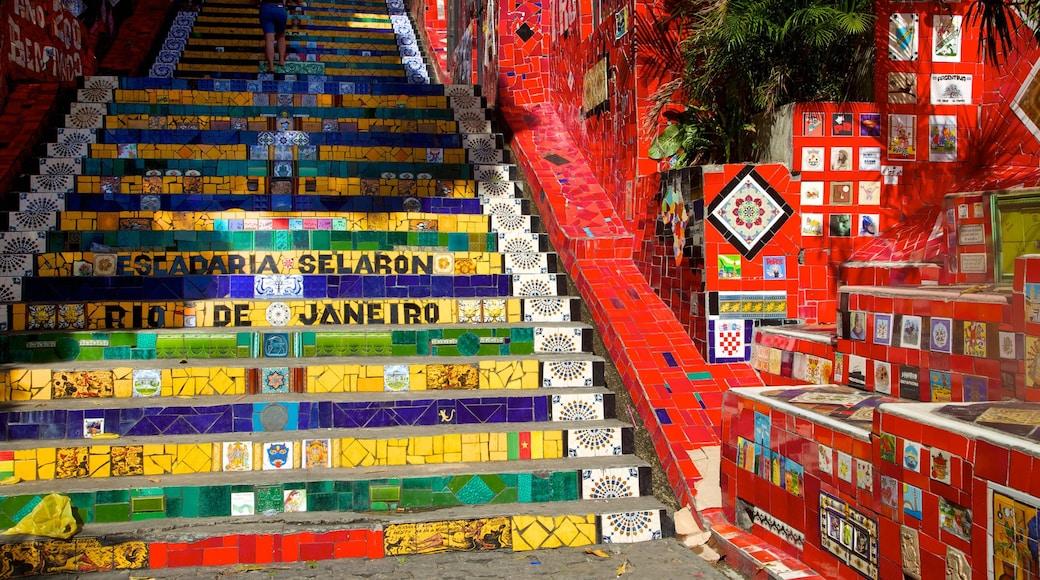 Escalera de Selarón que incluye señalización y arte al aire libre