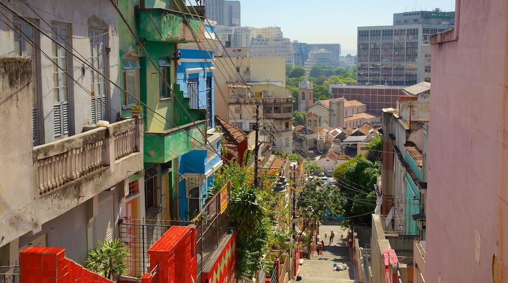 Escalera de Selarón que incluye una ciudad