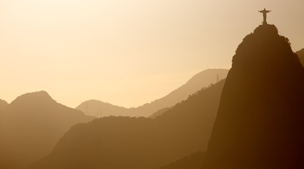 Morro Pan de Azúcar que incluye un atardecer y montañas