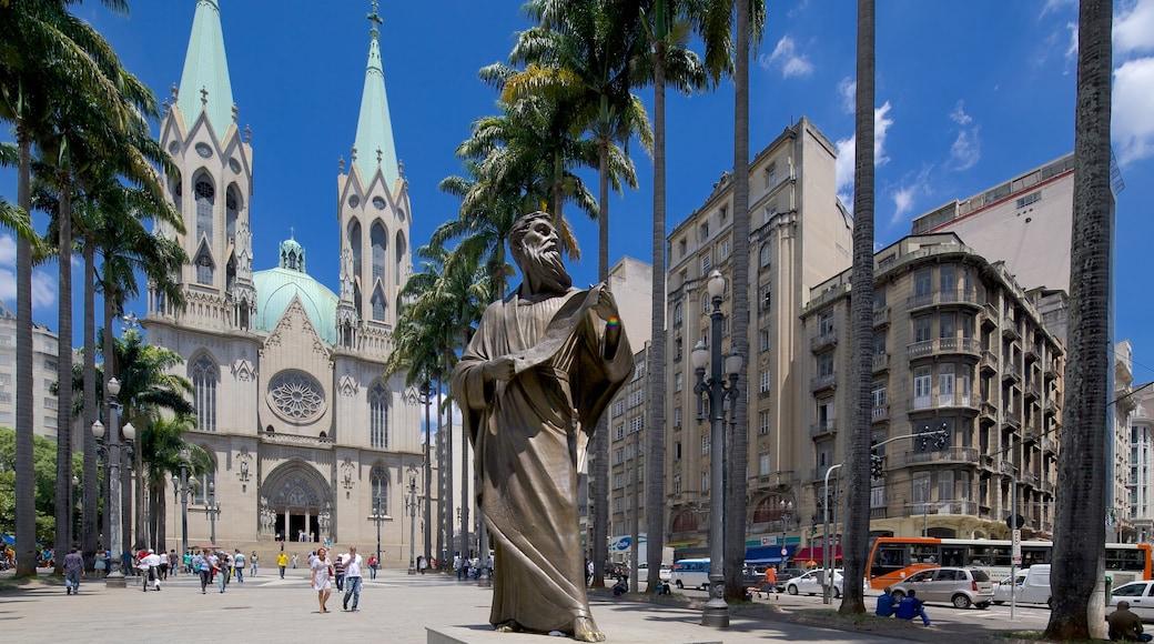 Sao Paulo-katedralen som inkluderar en kyrka eller katedral, en staty eller skulptur och ett torg