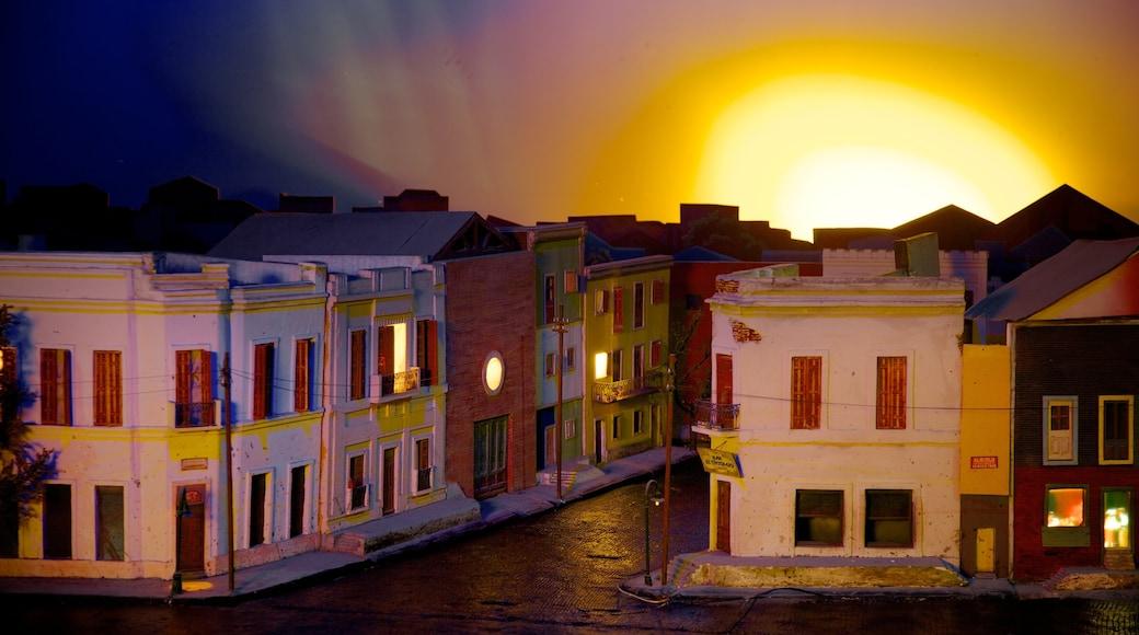 La Bombonera mostrando casa e tramonto
