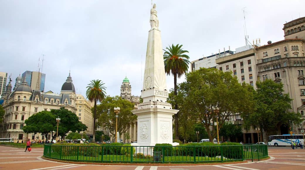 Plaza de Mayo showing a city, a monument and a square or plaza
