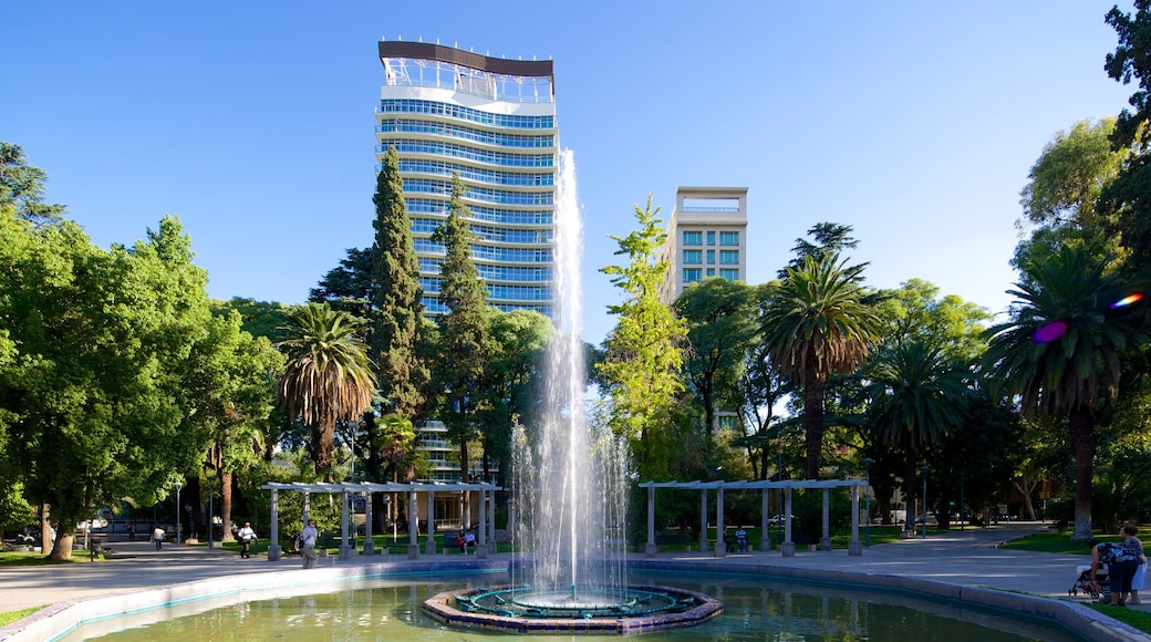 Plaza Italia showing a square or plaza, a city and a fountain