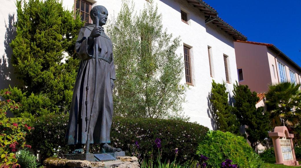 Mission San Rafael Arcángel mit einem Statue oder Skulptur