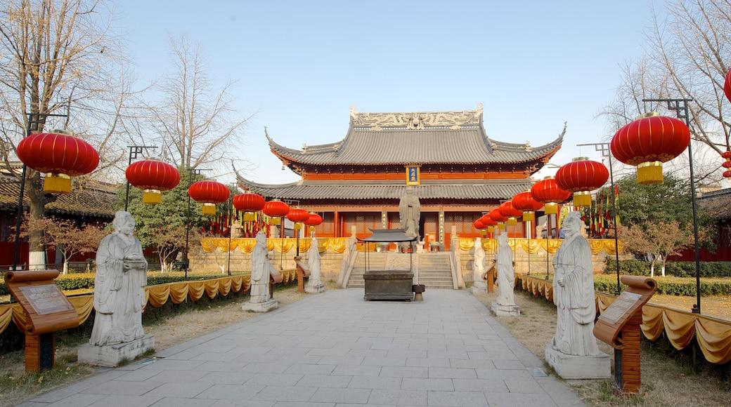 夫子廟 呈现出 雕像或雕塑, 廟宇或禮拜堂 和 宗教方面