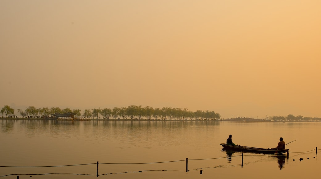 Ponte Rotto caratteristiche di lago o sorgente d\'acqua, tramonto e kayak o canoa