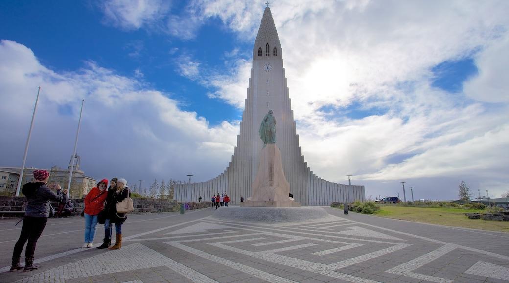 Hallgrímskirkja mostrando elementos religiosos, arquitectura moderna y una iglesia o catedral