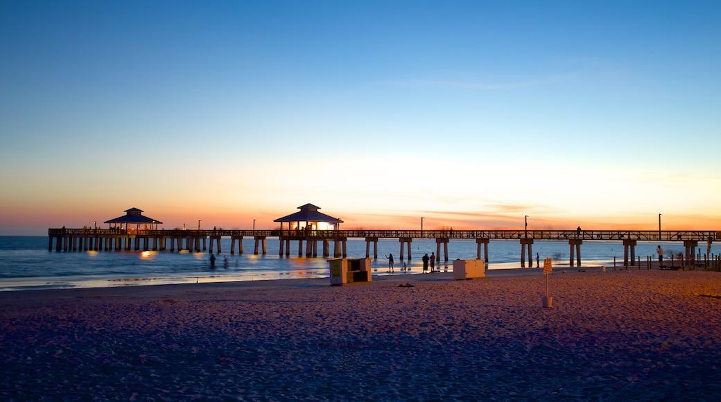 Fort Myers Beach qui includes coucher de soleil et plage de sable
