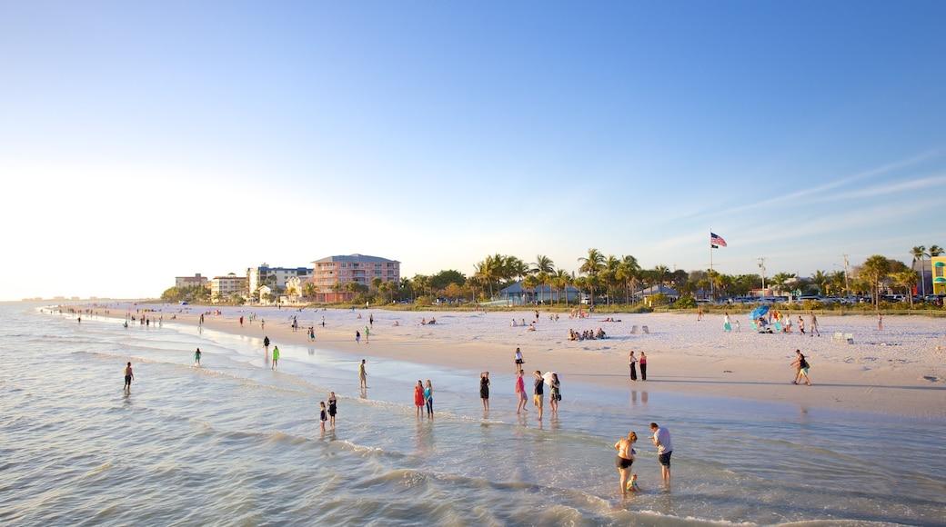Fort Myers Beach qui includes vues littorales et plage de sable aussi bien que important groupe de personnes