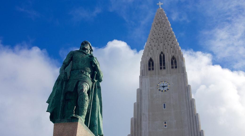 Hallgrímskirkja mostrando una estatua o escultura y una iglesia o catedral