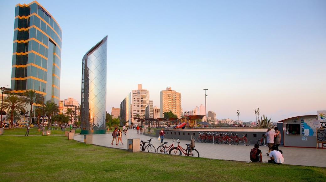 Lima mostrando un rascacielos y escenas urbanas