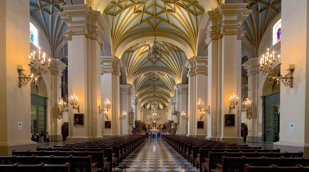 Lima que incluye vistas interiores, una iglesia o catedral y elementos religiosos