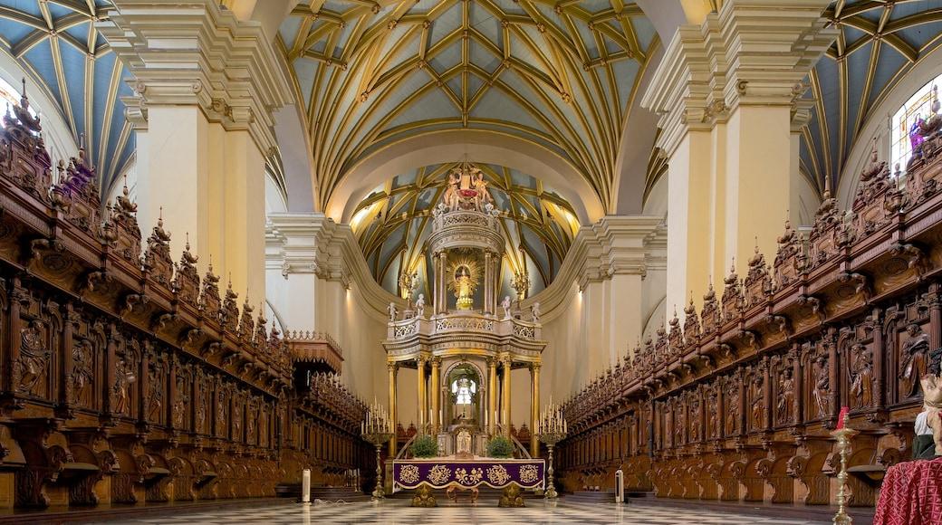 Plaza Mayor ofreciendo vistas interiores, elementos religiosos y una iglesia o catedral