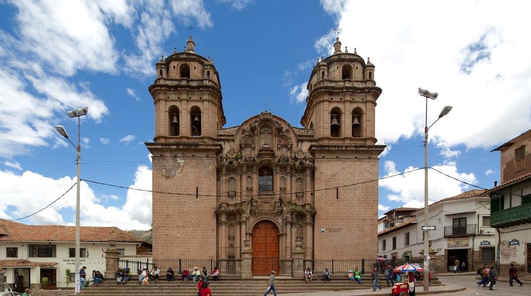 Cuzco que inclui arquitetura de patrimônio, cenas de rua e uma igreja ou catedral