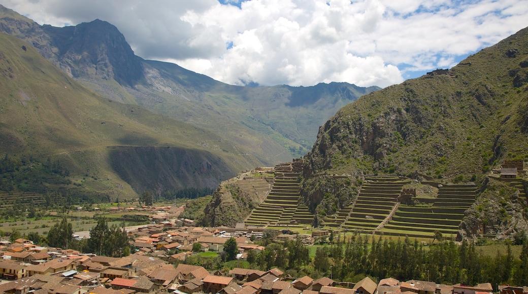 Ollantaytambo mostrando vistas de paisajes, montañas y una pequeña ciudad o pueblo