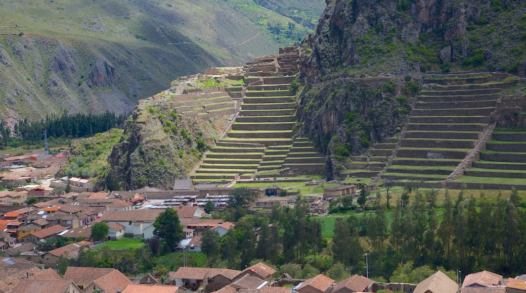Ollantaytambo mostrando vistas de paisajes y una pequeña ciudad o pueblo