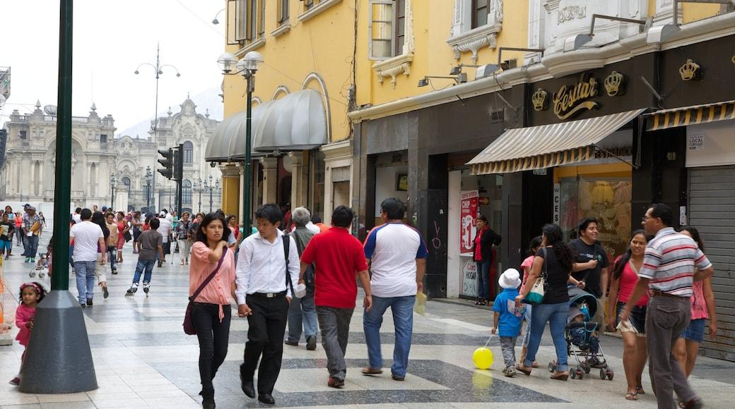 Jirón de La Unión mostrando escenas urbanas y también un gran grupo de personas