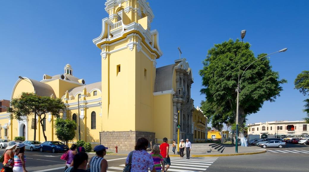 Barranco mostrando cenas de rua assim como um grande grupo de pessoas