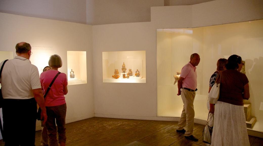 Museo Larco que incluye vistas interiores y también un gran grupo de personas