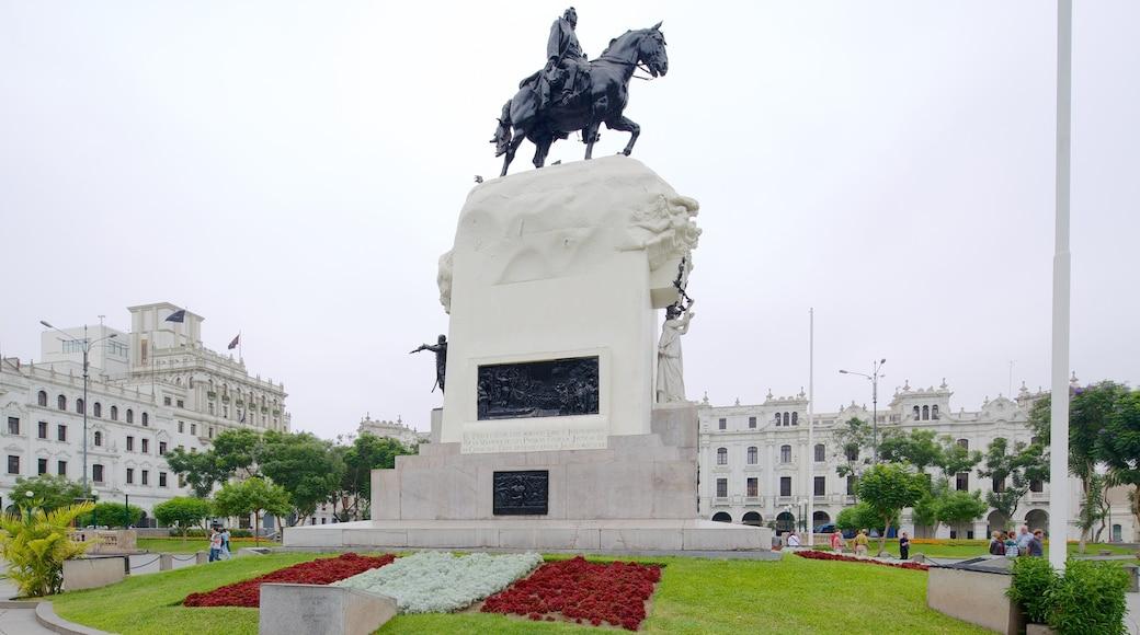 Plaza San Martín ofreciendo una estatua o escultura, flores y un monumento