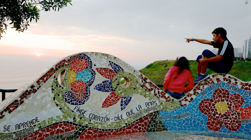 Parque del Amor featuring outdoor art as well as a small group of people