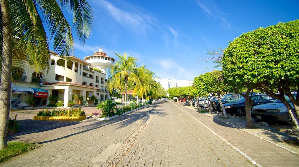 Marina Ixtapa which includes street scenes