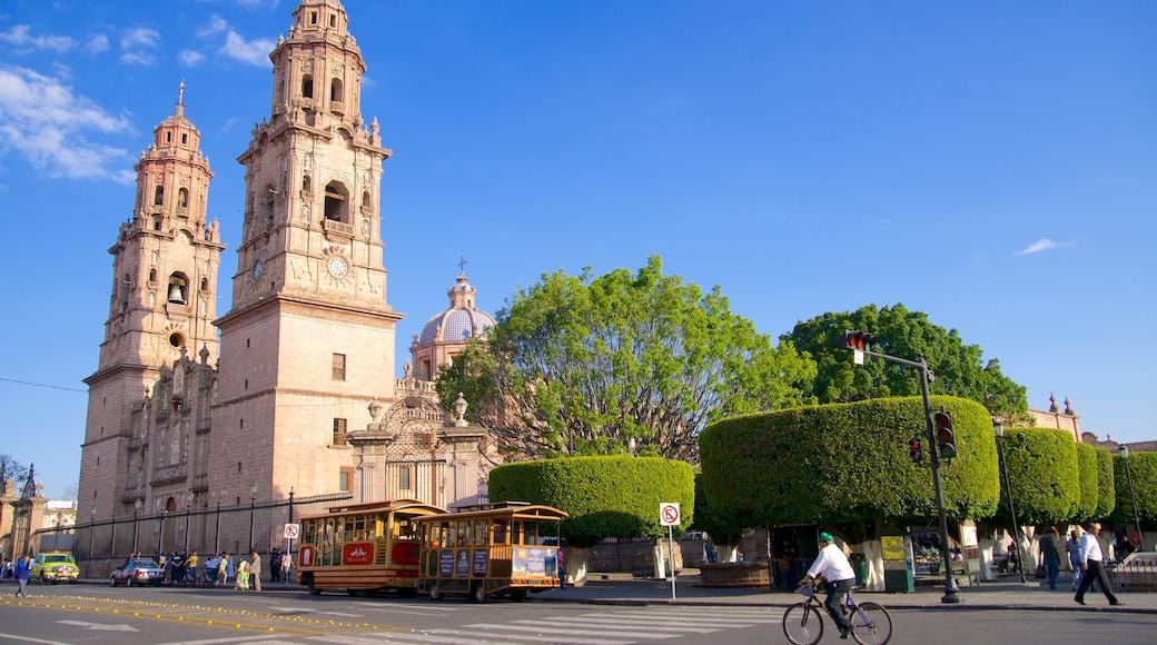 Catedral Morelia mostrando uma igreja ou catedral e cenas de rua