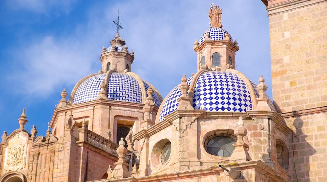 Catedral de Morelia mostrando una iglesia o catedral y patrimonio de arquitectura