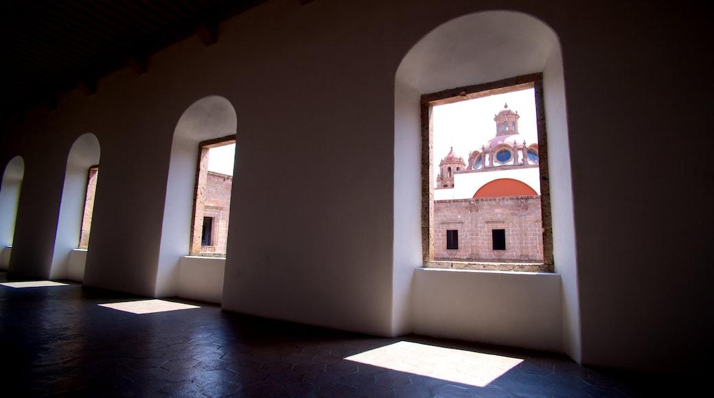 Morelia que inclui vistas internas e uma cidade pequena ou vila