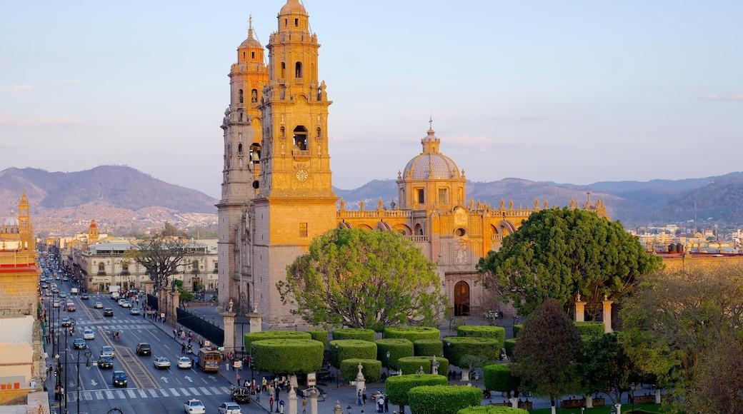Catedral de Morelia que incluye una iglesia o catedral y una ciudad