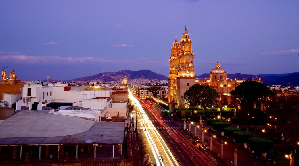 Catedral de Morelia mostrando escenas nocturnas y una ciudad