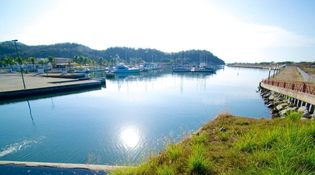 Marina Chahué mostrando una bahía o puerto