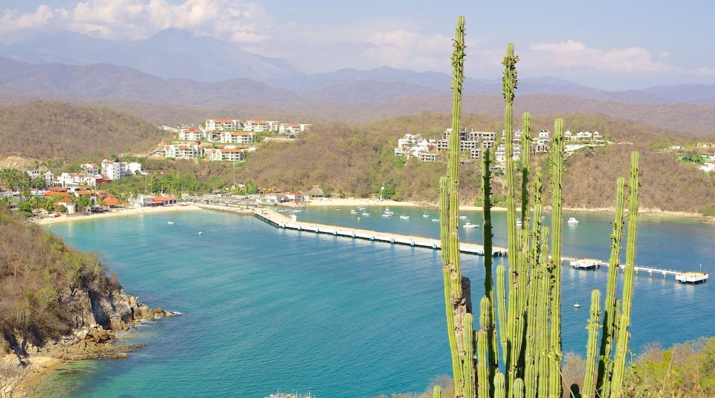Huatulco ofreciendo una ciudad costera y vistas de paisajes