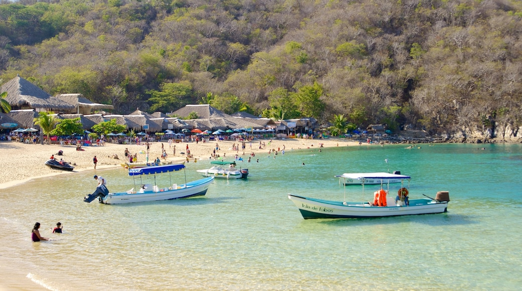 La Entrega Beach showing a luxury hotel or resort, boating and general coastal views