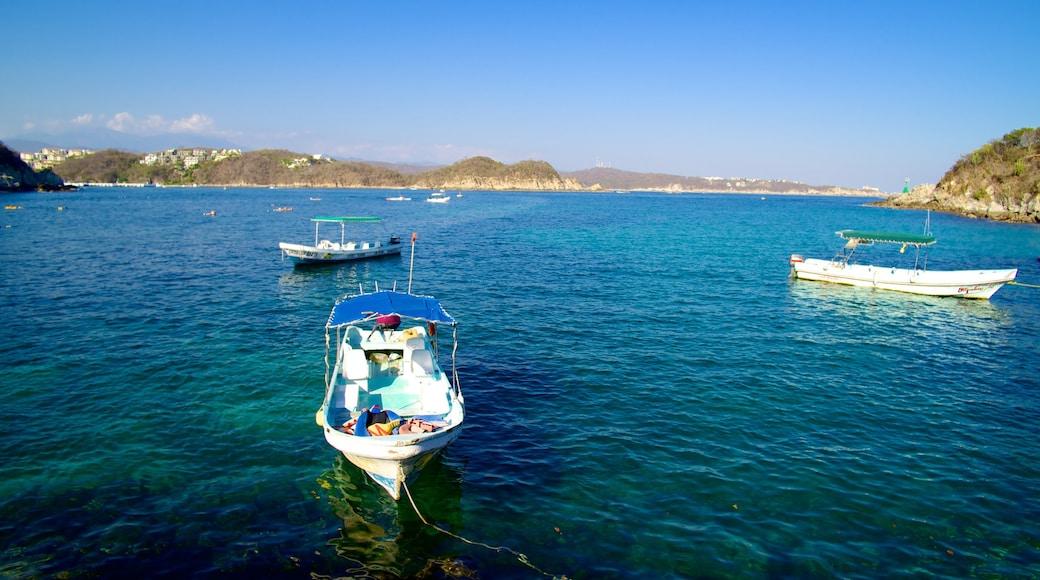 Playa La Entrega mostrando vistas generales de la costa, vistas de paisajes y paseos en lancha