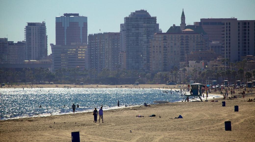 Long Beach mettant en vedette plage de sable, baie ou port et ville