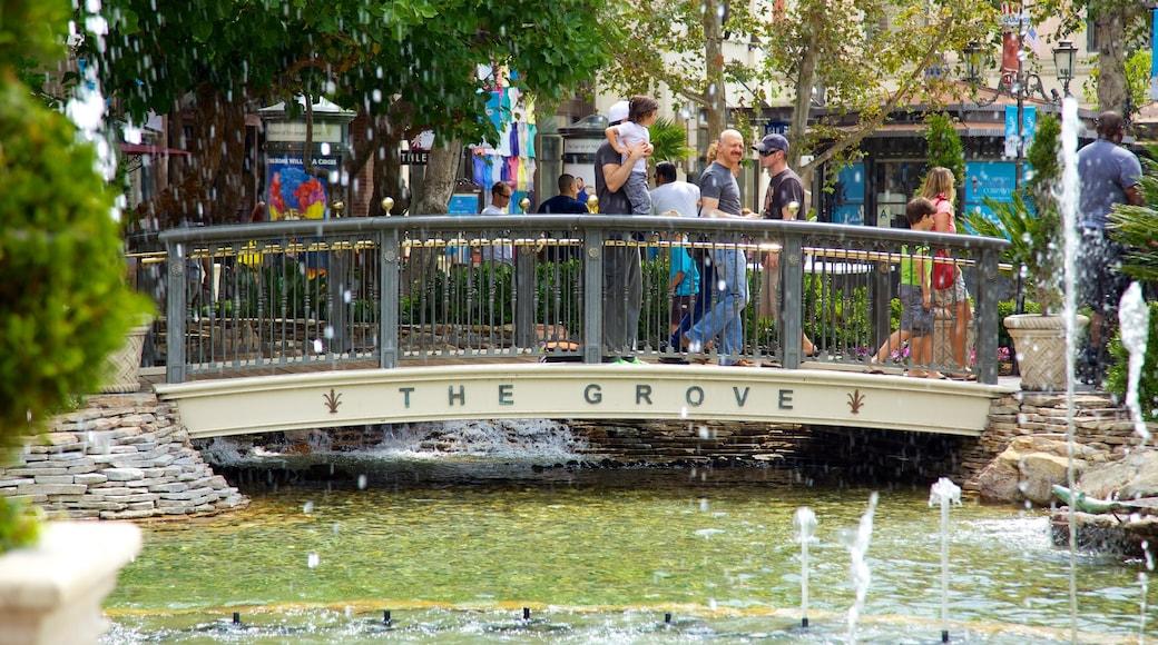 The Grove das einen Teich, Springbrunnen und Brücke