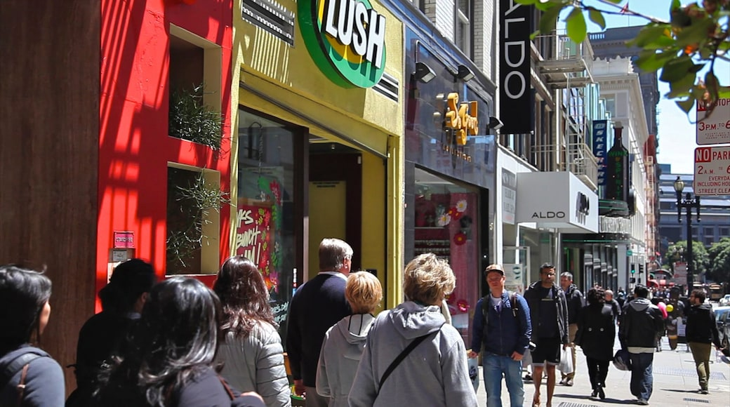Union Square som viser en by og gadeliv såvel som en stor gruppe mennesker