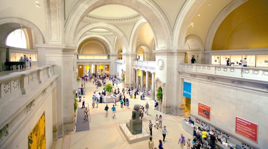 Metropolitan Museum of Art mettant en vedette art et vues intérieures aussi bien que important groupe de personnes