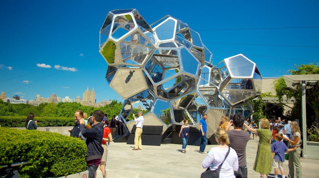 Metropolitan Museum of Art mettant en vedette square ou place, art en plein air et architecture moderne
