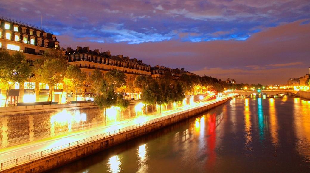 Place de la Concorde caratteristiche di città, paesaggio notturno e fiume o ruscello