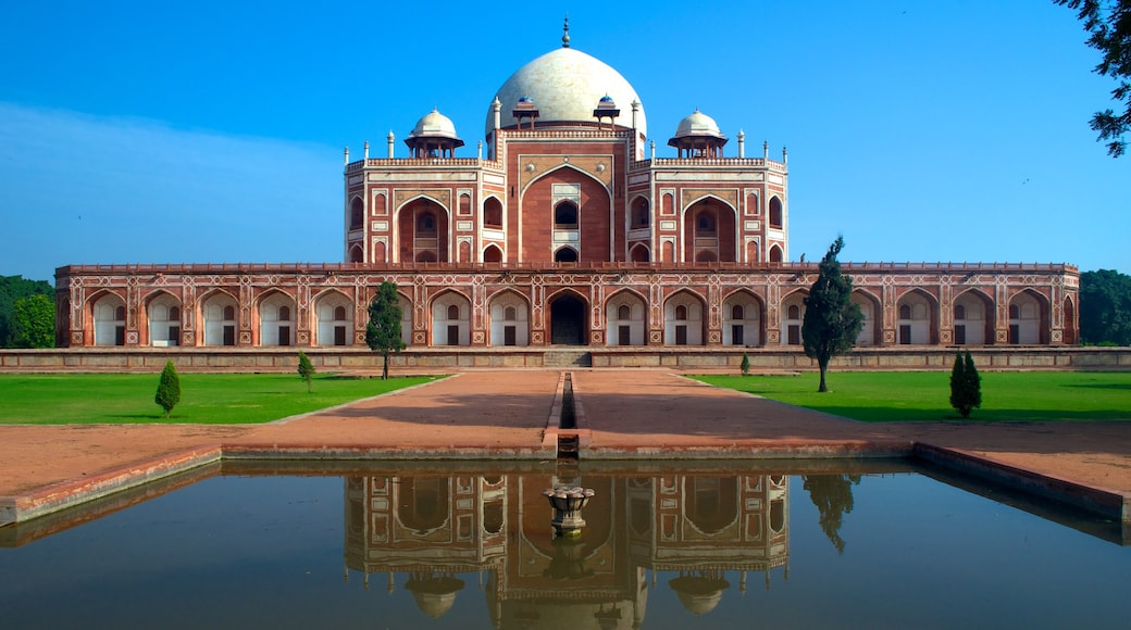Humayun\'s Tomb showing a mosque and a pond
