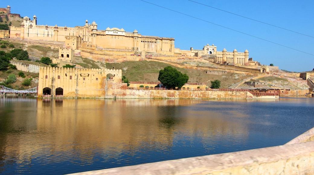 Amberin linnake johon kuuluu linna tai palatsi ja järvi tai vesikuoppa
