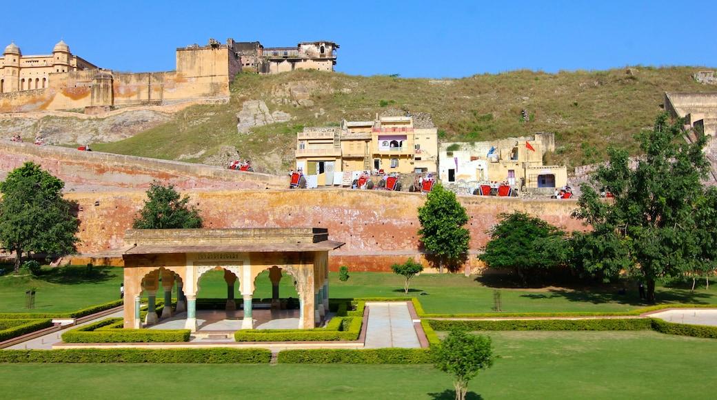 Amberin linnake featuring linna, puutarha ja kaupunki