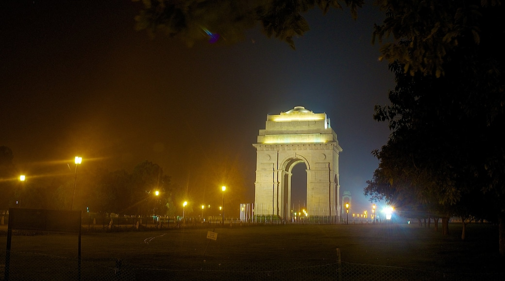 India Gate which includes a memorial, mist or fog and night scenes