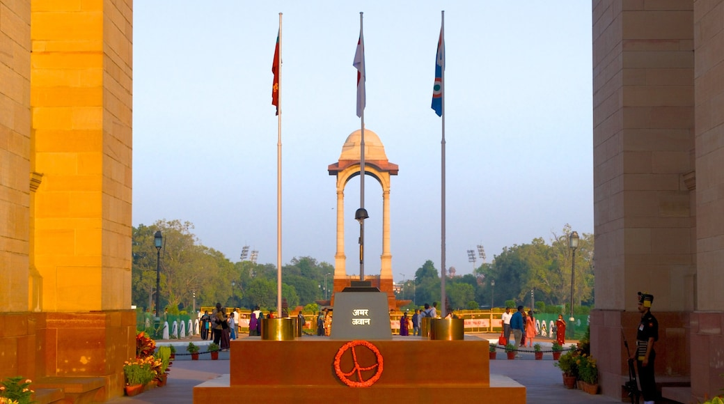 India Gate which includes a memorial