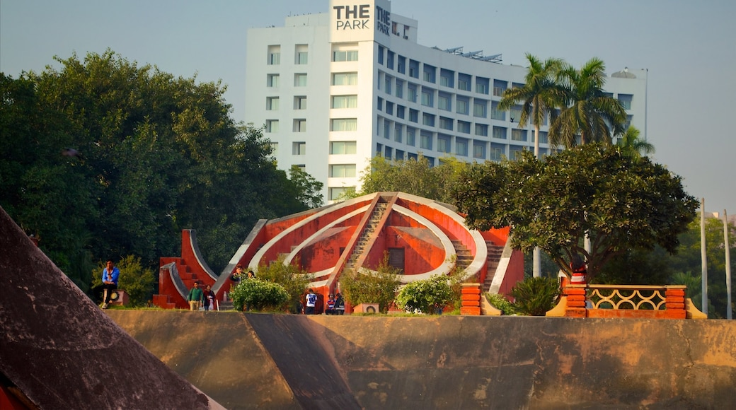 Jantar Mantar which includes a hotel, outdoor art and a city