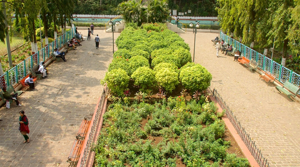 Saras Baug which includes a garden