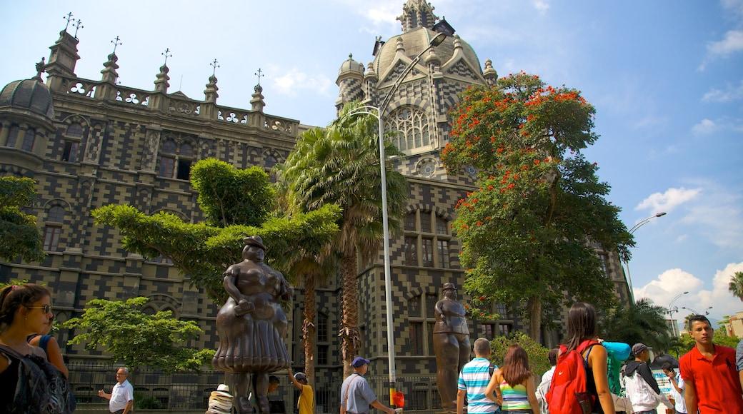 Parque de Esculturas da Plaza Botero que inclui cenas de rua assim como um grande grupo de pessoas