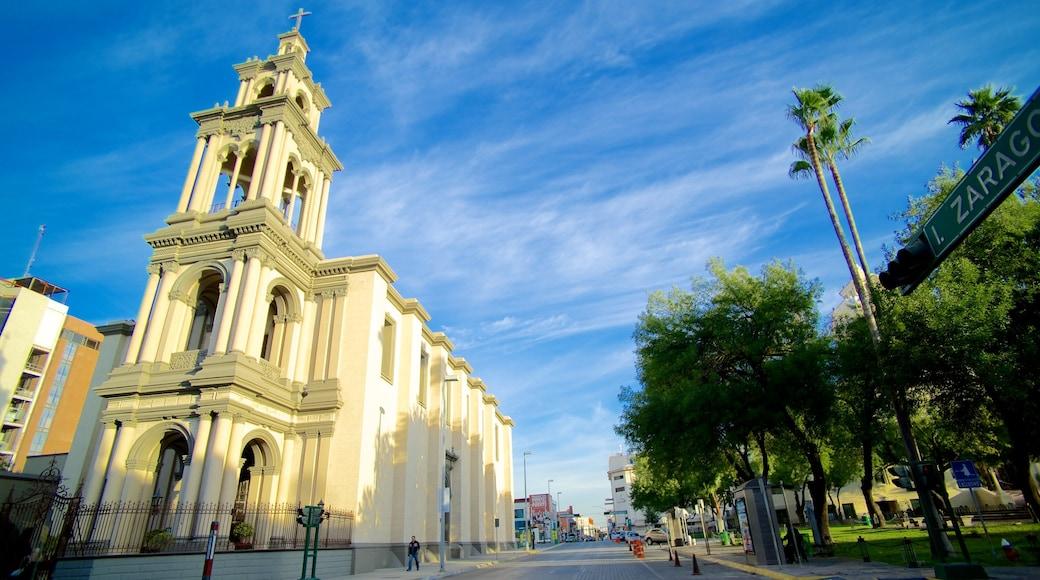 Iglesia Sagrado Corazón de Jesús que incluye escenas urbanas y una iglesia o catedral